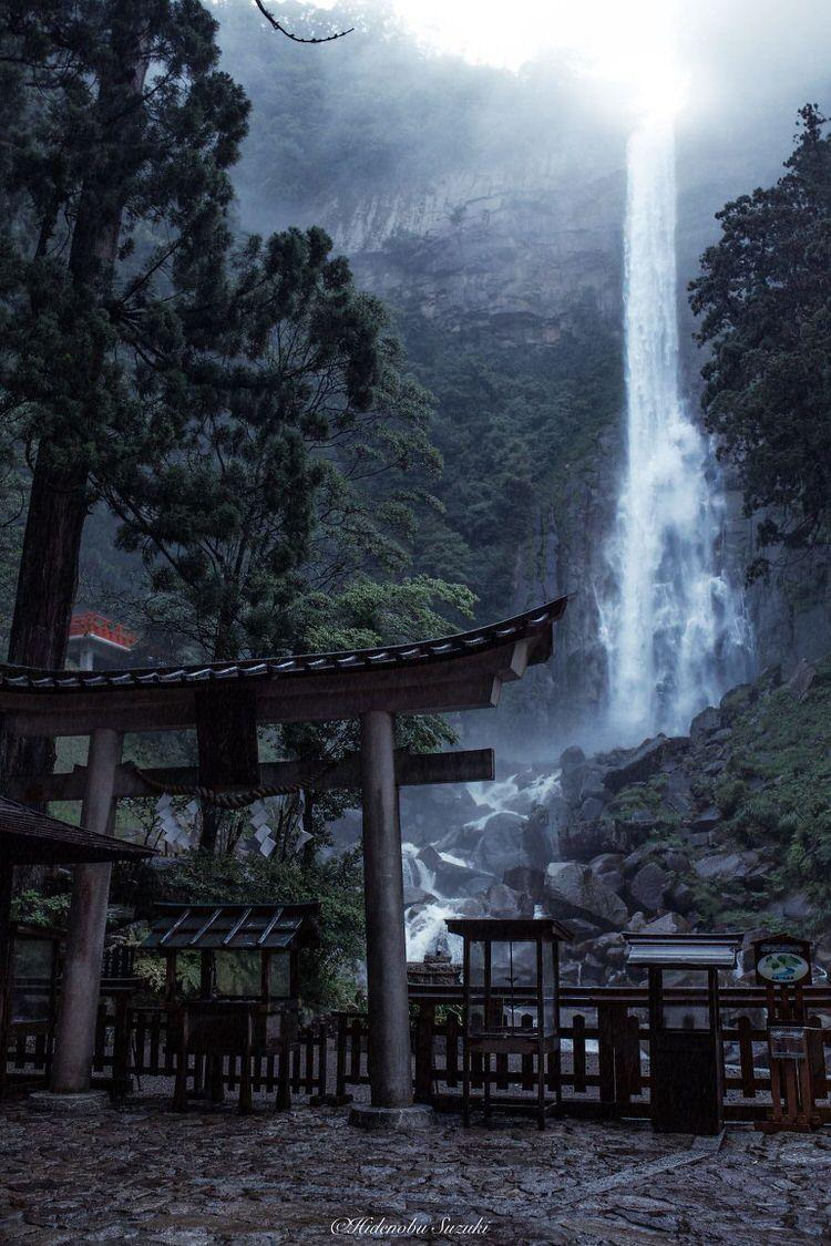 Air Terjun Di Samping Kuil