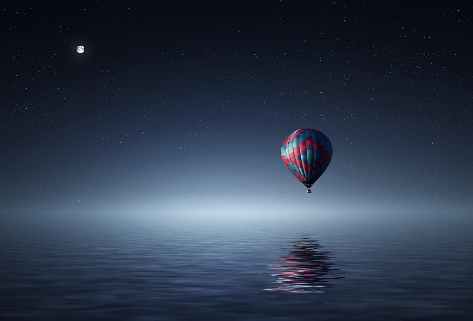 Balon Gas Di Danau Saat Malam Hari