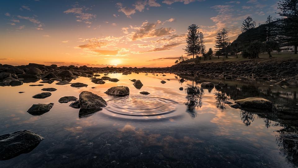 Pantulan Matahari Terbit Di Danau Indah