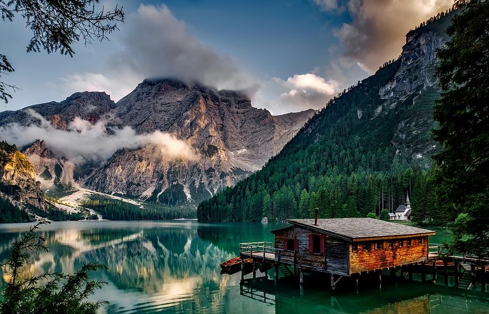 Pemandangan Danau Prags Dekat Gunung Di Italia