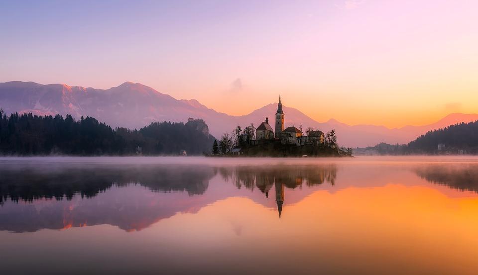 Pemandangan Gereja Di Pinggir Danau Saat Fajar, Slovenia
