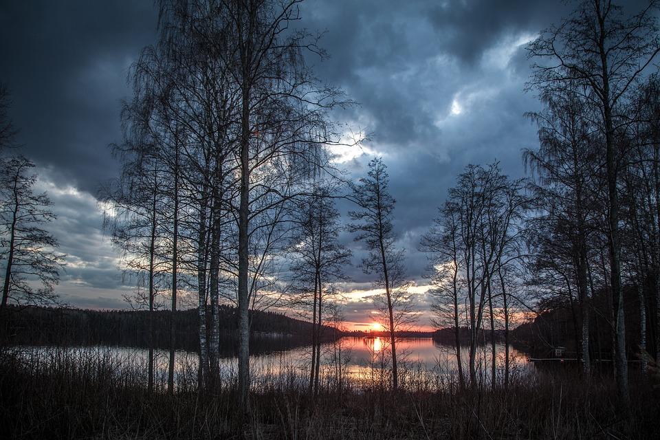 Pemandangan Indah Danau Menjelang Malam Di Finlandia