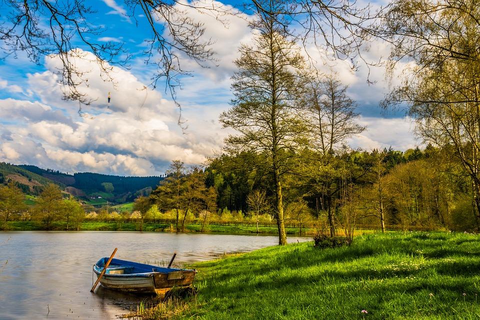 Pemandangan Perahu Kecil Di Sisi Danau