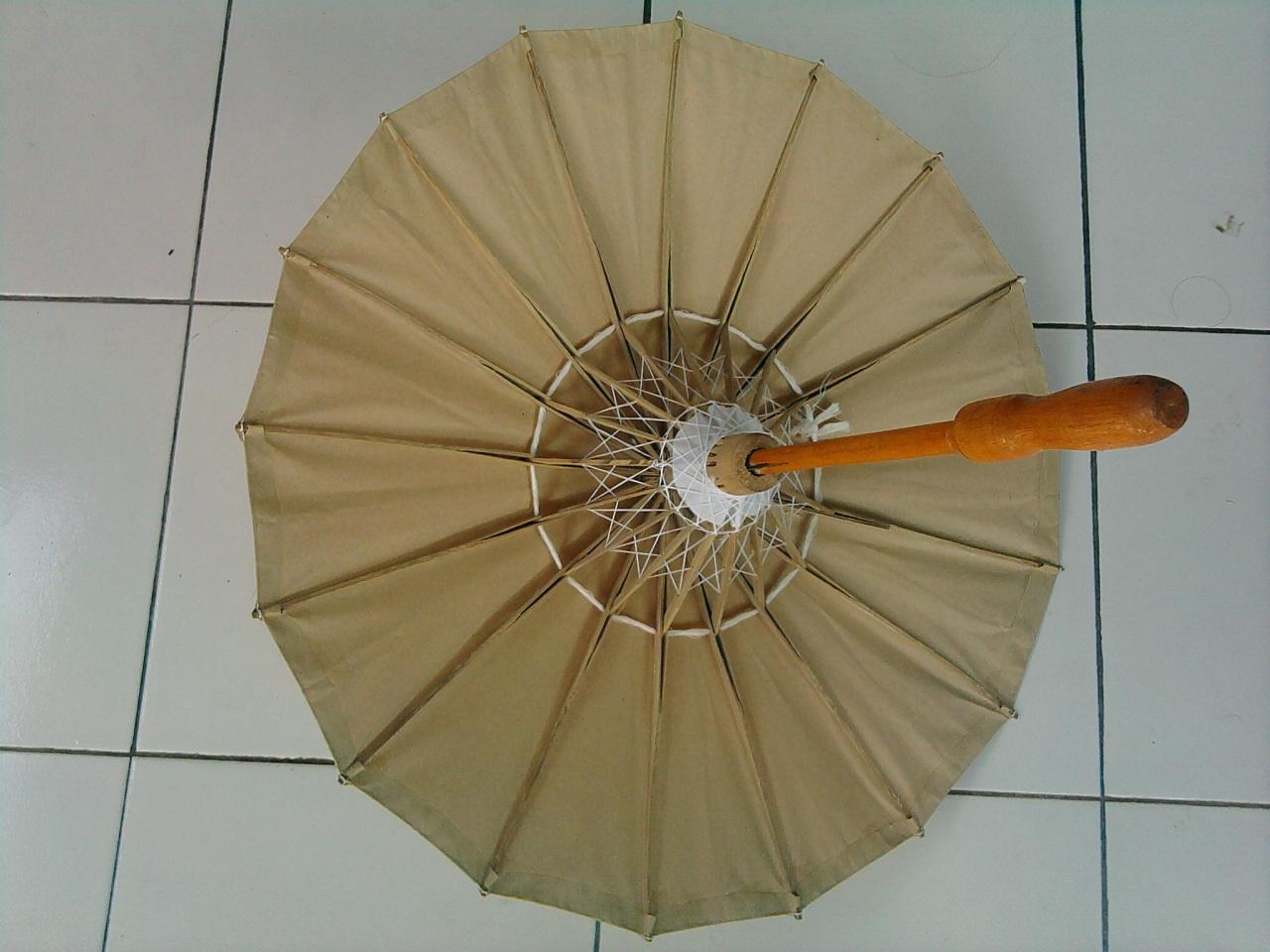 Payung Dengan Pegangan Bambu