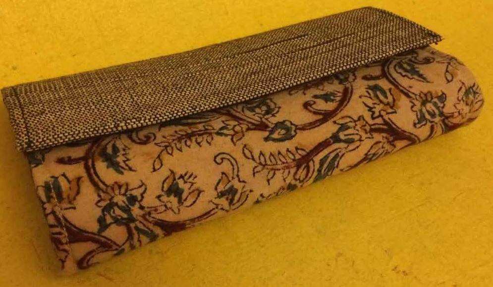 Dompet Dari Benang Pelepah Pisang Kering